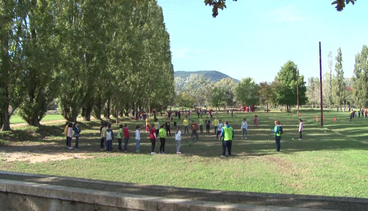 Uns 430 alumnes juguen a jocs tradicionals al Parc de la Draga
