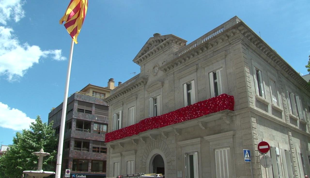 Les Guerrilleres del Ganxet creen 7.000 roses de llana per decorar el balcó de l'Ajuntament de Banyoles