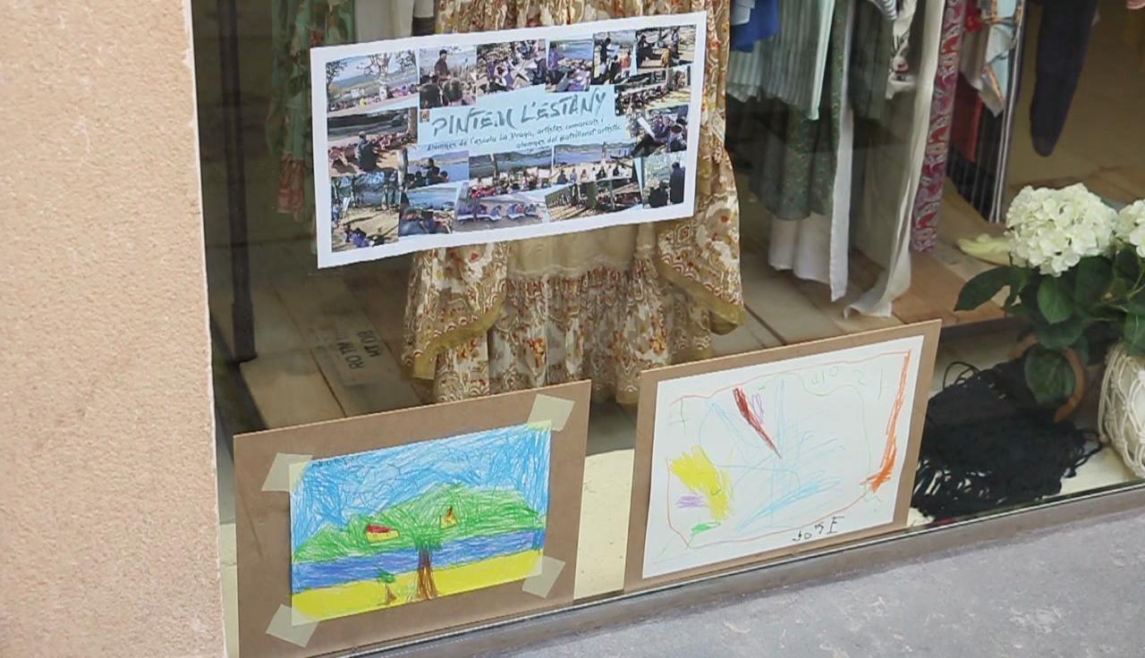 Els dibuixos dels alumnes de l'escola de La Draga s'exposen a les botigues de Banyoles