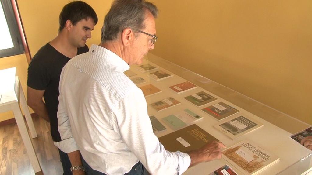 """Prop d'un centenar de llibres mostren l'evolució de la comarca amb l'exposició """"30 anys de publicacions al Pla de l'Estany"""""""